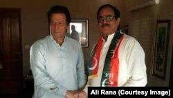 فاروق بندیال پاکستان تحریک انصاف میں شمولیت کے وقت عمران خان کے ہمراہ۔