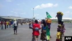 Ribuan warga berkumpul di Bandara Internasional Bangui, Republik Afrika Tengah dan memblokir landasan pacu pesawat terbang (foto: dok).