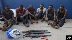 Para perompak kapal Panama 'Maximus' yang berhasil ditangkap, dipertontonkan kepada media di Lagos, Nigeria (foto: ilustrasi).