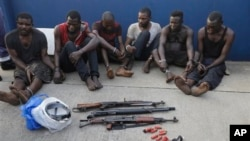 Pirates arrêtés et présentés au médias à Lagos au Nigeria, le lundi 22 février 2016.