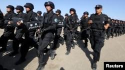 中国军人在新疆哈密参加反恐训练。(2017年7月8日)