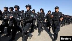 中国军人在新疆哈密参加反恐训练。(路透社2017年7月8日)