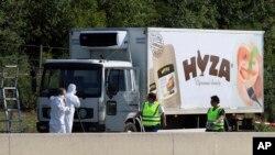 "Truk pengangkut makanan yang ditinggalkan di pinggir jalan ""Highway A4"" dekat Parndorf, Austria, selatan Wina, Austria, 27 Agustus 2015. (Foto: dok)."