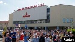 មនុស្សម្នាចូលរួមក្នុងការបាតុកម្មមួយដើម្បីតវ៉ានឹងលទ្ធផលបោះឆ្នោតប្រធានាធិបតីនៅក្នុងក្រុង Minsk ប្រទេសបេឡារុស កាលពីថ្ងៃទី១៧ ខែសីហា ឆ្នាំ២០២០។