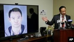 Jason Lai, l'officier de police, est pointé du doigt par son avocat commis d'office lors d'une conférence de presse le 26 avril 2016 à San Francisco.