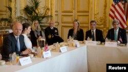 Ngoại trưởng Mỹ John Kerry và Bộ trưởng Ngoại giao Anh William Hague tại cuộc họp của Nhóm tham gia Hiệp ước Budapest tổ chức ở Paris, ngày 5/3/2014.