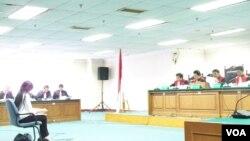 Foto tertanggal 6/9/2012 ini memperlihatkan Angelina Sondakh dalam sidang perdana kasus korupsi yang melibatkan dirinya di Pengadilan Tindak Pidana Korupsi Jakarta (VOA/Fathiyah Wardah)