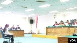 Angelina Sondakh (kiri) dijatuhi hukuman penjara 4,5 tahun dalam persidangan hari Kamis, 10 Januari 2013 (foto: dok. VOA/Fathiyah Wardah).