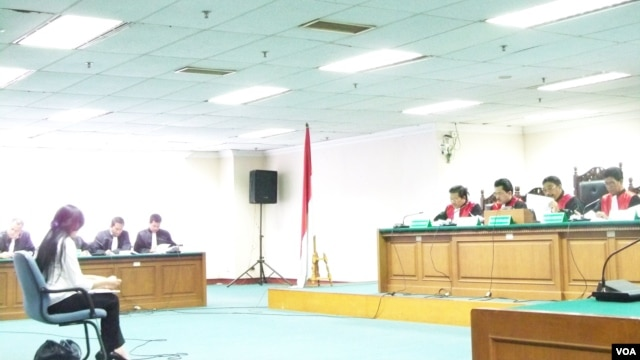Sidang pertama gugatan korupsi untuk anggota DPR Angelina Sondakh. (Foto: VOA/Fathiyah Wardah)