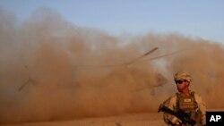 Seorang Marinir AS ikut latihan bersama AD Afghanistan di kamp militer Shorab di provinsi Helmand, Afghanistan, 27 Agustus 2017.