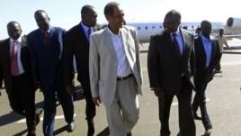 Msuluhishi mkuu wa Sudan  Idris Abdel-Qadir akimkaribisha msuluhishi mkuu wa Sudan Kusini Pagum Amum katika uwanja wa ndege wa Khartoum.