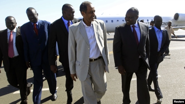 Sudan's top negotiator Idris Abdel-Qadir (front L) welcomes South Sudan's chief negotiator Pagan Amum (front R) at Khartoum Airport, December 1, 2012.
