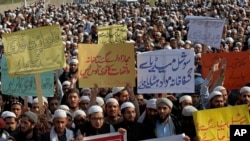 Pakistani students of Islamic seminaries take part in a rally in support of blasphemy laws, in Islamabad, Pakistan, March 8, 2017. Hundreds of students rallied in the Pakistani capital, Islamabad, urging government to remove blasphemous content from socia
