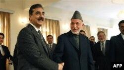 Əfganıstan prezidenti Həmid Karzai (sağda) Pakistanın Baş naziri Yusif Raza Gilani ilə görüşür