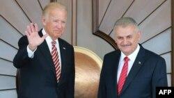 AQSh Vitse-prezidenti Jo Bayden (chapda) Turkiya Bosh vaziri Binali Yildirim bilan, Anqara, Turkiya, 24-avgust, 2016-yil.