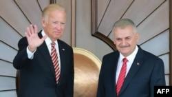 美国副总统拜登和土耳其总理耶伊尔德勒姆(右)在安卡拉会面(2016年8月24日)