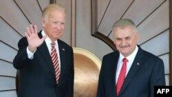 Perdana Menteri Turki Binali Yildirim (kanan) bersama Wapres AS Joe Biden di Istana Cankaya, Ankara, 24 Agustus 2016 ( AFP PHOTO / ADEM ALTAN)