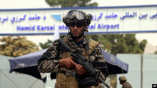 Pejuang pasukan khusus Taliban berjaga di luar Bandara Internasional Hamid Karzai setelah penarikan militer AS, di Kabul, Afghanistan, Selasa, 31 Agustus 2021. (Foto: AP)