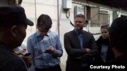 西方外交官被阻止探访北京维权人士倪玉兰(2016年4月23日,网络图片)