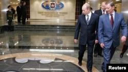 Російський президент Володимир Путін і тодішній міністр оборони Сергій Іванов у штаб-квартирі ГРУ у Москві 8 листопада 2006 р.