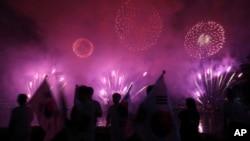 Quelques personnes regardent les feux d'artifice lors d'un événement pour marquer le début du compte à rebours de 500 jours avant les Jeux d'hiver olympiques Séoul 2018 à PyeongChang, Corée du Sud, 27 septembre 2016.