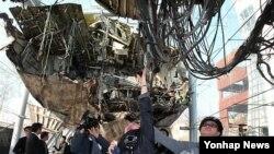 천안함 피격 사건 5주년인 3월 26일 한국 경기도 평택 해군 제2함대사령부 피격 천안함을 천안함 46용사 가족들이 안타까운 마음으로 만져보고 있다.