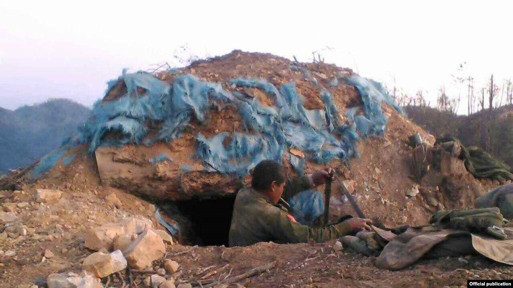 Một binh sĩ chính phủ Myanmar tại hầm chiến đấu chống quân đội MNDAA ở Kokang