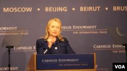 美国国务卿克林顿7月30日在卡内基国际和平基金会谈国际宗教自由(美国之音图片)