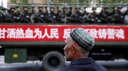 2014年5月23日新疆维吾尔族自治区乌鲁木齐: 维吾尔人目视反恐誓师大会期间的载满军警的卡车(资料照片)