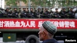 反恐誓師大會期間駛過烏魯木齊街頭的一輛滿載武警士兵的卡車。(2014年5月23日)