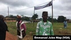 Un militant de l'opposition assiste à un meeting du parti au pouvoir, à Kobdombo, le 6 novembre 2019. (VOA/Emmanuel Jules Ntap)