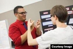 Một buổi trao đổi của các sinh viên theo học ngành thông dịch ngôn ngữ ký hiệu ở Gallaudet