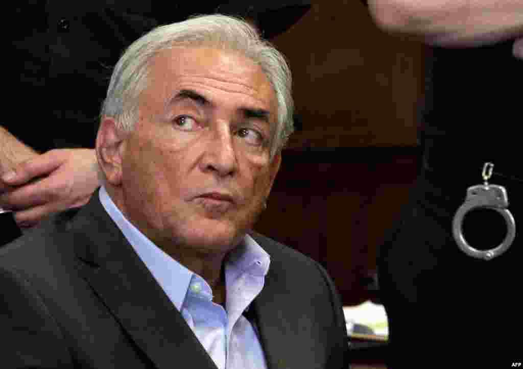 1 tháng 7: Ông Dominique Strauss-Kahn, cựu Tổng Giám đốc IMF được trả tự do hôm thứ Sáu. Các công tố viên nói các lý do buộc tội ông này không đứng vững. (AP Photo/Richard Drew)