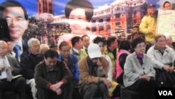 台湾前副总统吕秀莲(右一)为营救陈水扁举行无限期绝食。(美国之音许波拍摄)