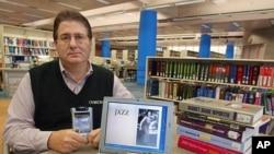 Seseorang memperlihatkan notebook yang berisi eBooks (buku-buku digital) di sebuah perpustakaan umum di Amerika.