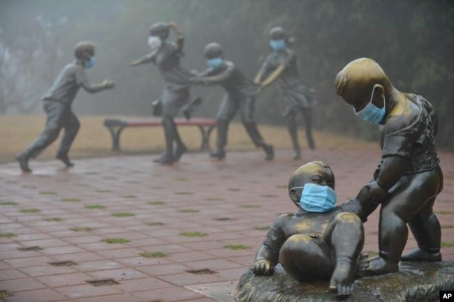 2017年1月4日,河南濮阳,在雾霾里,街头雕塑也被戴上口罩