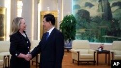 Američka državna sekretarka Hilari Klinton se rukuje sa predsednikom Kine Hu Djintaom u Pekingu