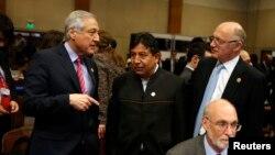Los cancilleres Heraldo Muñoz de Chile (izquierda), David Choquehuanca de Bolivia (centro) y Hector Timerman de Argentina, conversan durante la Asamblea General de la OEA que se realiza en Paraguay.