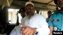 Pemimpin Jamaat-e-Islami Bangladesh Abdul Quader Mollah saat berbicara dari mobil polisi di Dhaka setelah sidang kejahatan perang yang menjatuhinya hukuman seumur hidup, Februari 2013. (Foto: dok).