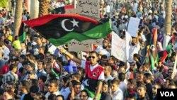 Warga Libya di Benghazi, kota basis pemberontak, merayakan HUT ke-80 tewasnya 'pahlawan Libya' Omar Al-Mukhtar, dekat makamnya di Benghazi, Libya (16/9). Omar al-Mukhtar majadi simbol bagi perjuangan pemberontak Libya.