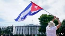 古巴裔美國人示威者在白宮前舉行抗議,呼籲美國支持古巴抗議者。