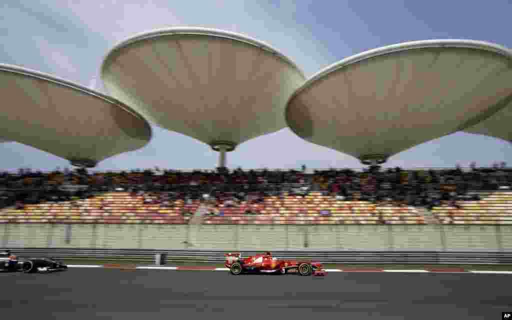 Tay đua Fernando Alonso lái chiếc Ferrari trong cuộc đua vòng loại giải Formula One Grand Prix Trung Quốc, tại Thượng Hải, Trung Quốc.