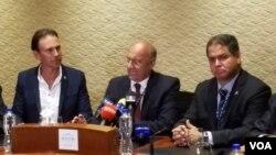 Los diputados opositores venezolanos Williams Dávila y Luis Florido hablaron con la prensa en Cancún, México, donde se realiza la 47 Asamblea General de la OEA, el lunes, 19 de junio de 2017.