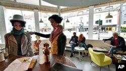 Almanya'nın Essen şehrinde bir kafede sosyal mesafe kurallarının uygulanması için cansız mankenler kullanılıyor