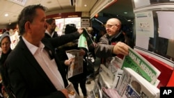 Người dân xếp hàng mua tạp chí Charlie Hebdo tại quầy báo ở Rennes, miền tây nước Pháp, ngày 14/1/2014.