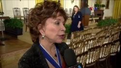 Isabel Allende recibe Medalla Presidencial de la Libertad
