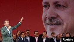 Turkiya Bosh vaziri Rajab Toyyib Erdog'an (chapda) tarafdorlari oldida nutq so'zlamoqda, Anqara, 15-iyun, 2013-yil.