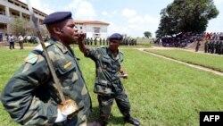 Soldats assistant à une cérémonie à l'académie militaire de Kananga, RDC, 11 janvier 2013.