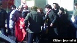 访民要求官员公开财产的横幅遭不明身份者抢夺 (网络图片)