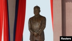 Bức tượng của Cựu hoàng Sinanouk tại trung tâm thủ đô Phnom Penh, ngày 11/10/2013.